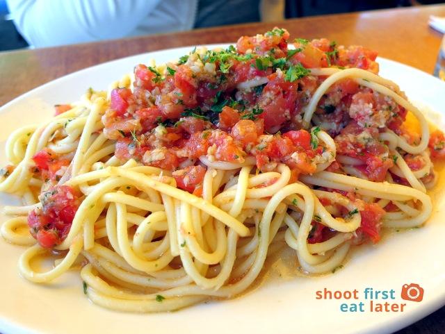 spaghetti aglio olio with tomatoes