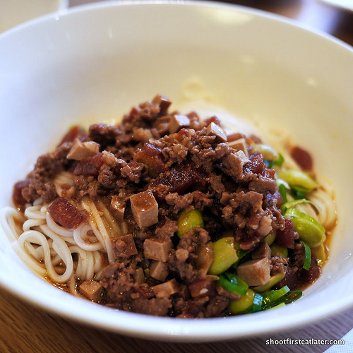 Noodles mixed in broad-bean sauce