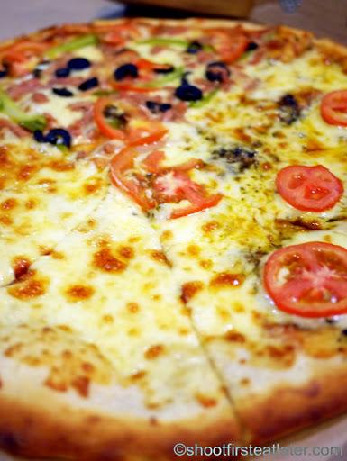 Sandy's Pizza - white pizza, Margherita, spicy tuna