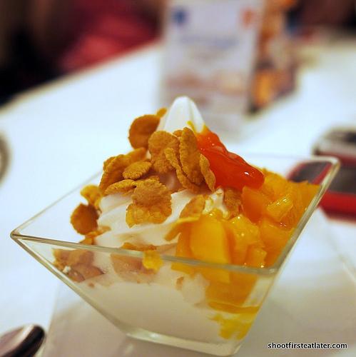 frozen yogurt w/ mangoes & cornflakes